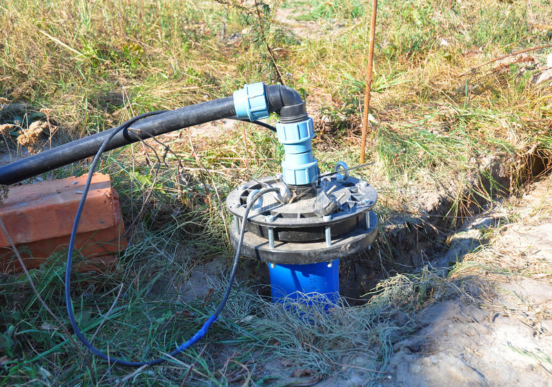 Новая установленная скважина воды Новая скважина HouseWater сверля для водоснабжения Установка воды скважины, насосы скважины стоковая фотография rf