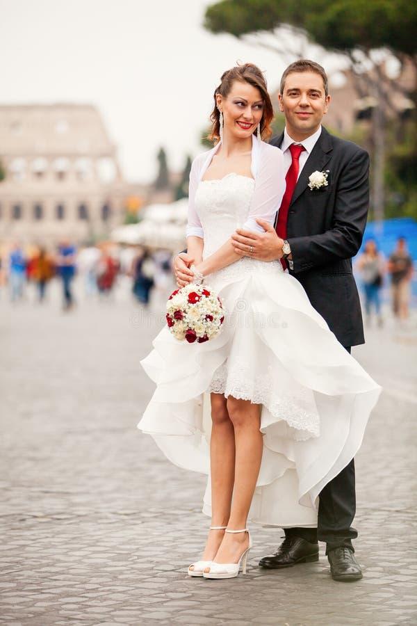 Новобрачные в городе пожененное счастливое пар стоковые изображения