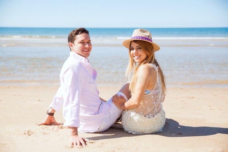 Новобрачные наслаждаясь пляжем на солнечный день стоковое изображение rf