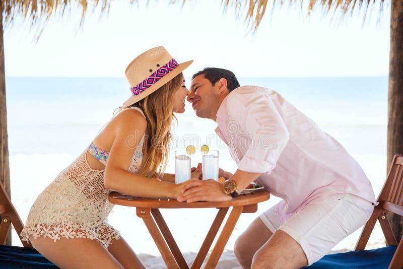 Новобрачные около, который нужно расцеловать на пляже стоковое фото rf