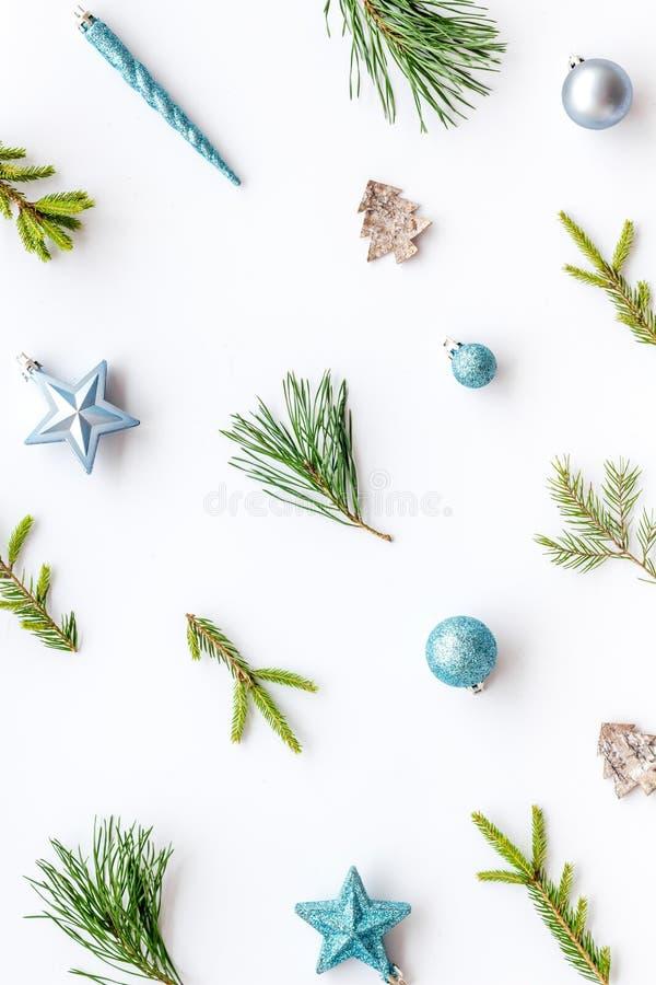 Новогодний фон с ветвями и праздничным украшением на белом столе сверху вид плоский рисунок стоковое изображение rf