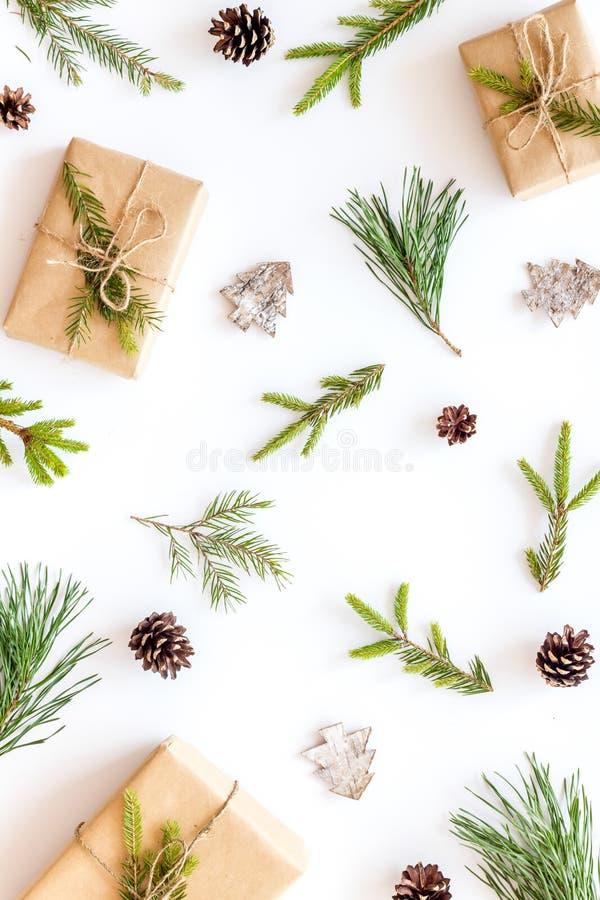Новогодний фон с ветвями и праздничным украшением на белом столе сверху вид плоский рисунок стоковое фото rf