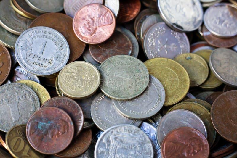 Новое и винтажное собрание монеток мира стоковое фото rf