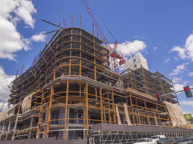 Новое коммерчески здание идя вверх стоковые изображения rf