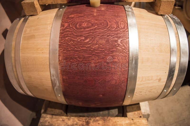 Новое красное вино несется винный погреб стоковое фото rf