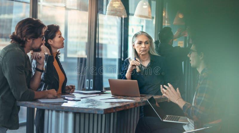 Новое обсуждение проекта в офисе стоковое изображение rf