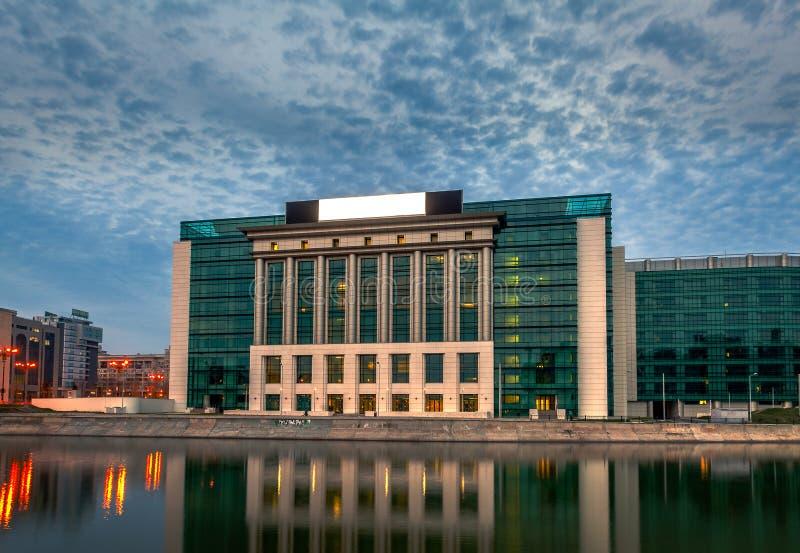Новое современное здание национальной библиотеки Бухареста на Splaiul Unirii на заходе солнца стоковое фото rf