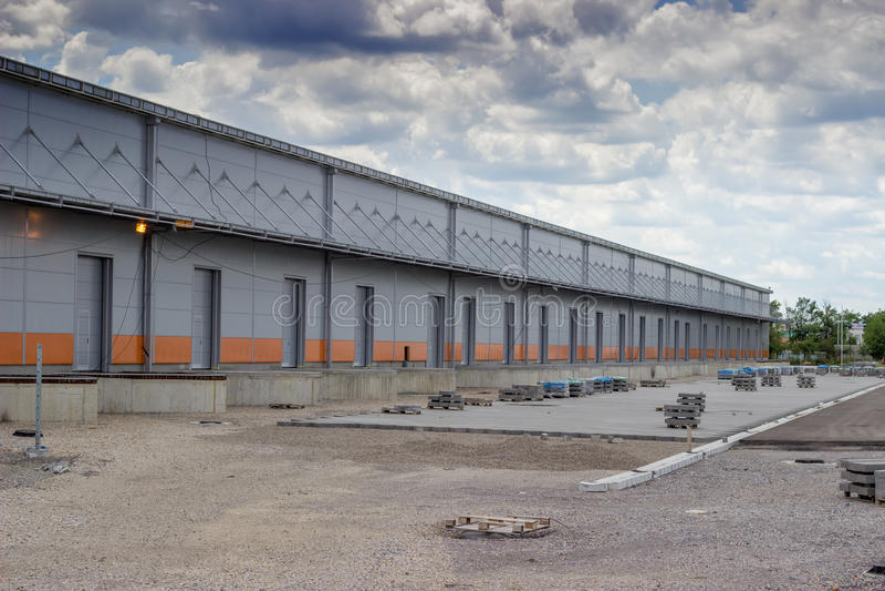 Новое современное и большое здание склада с стробами склада стоковая фотография rf