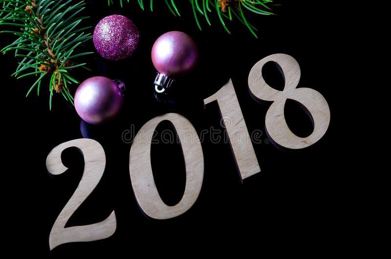 Новое Year& x27; состав s: Шарики рождества и знак 2018 стоковая фотография rf