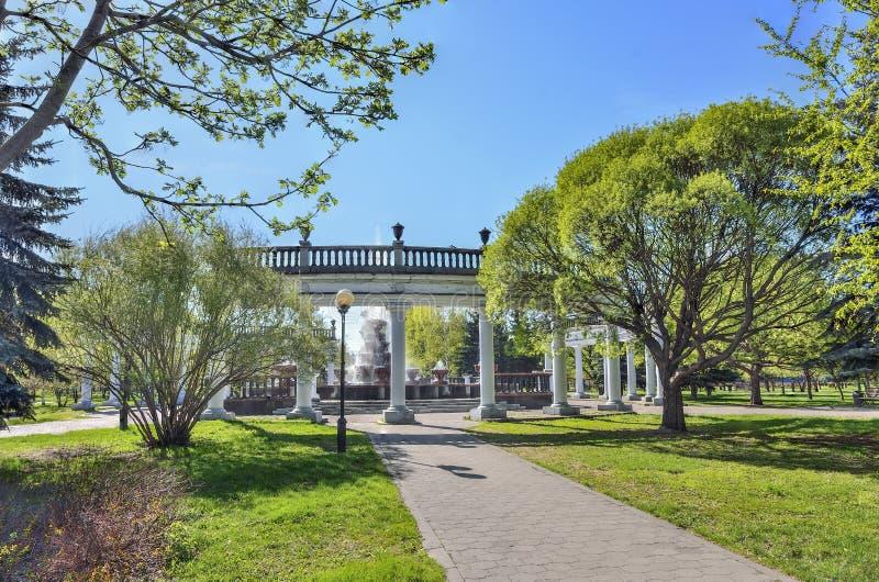 Новокузнецк, Россия - 19-ое мая 2019: Переулок весны парка города к старому фонтану стоковые изображения rf