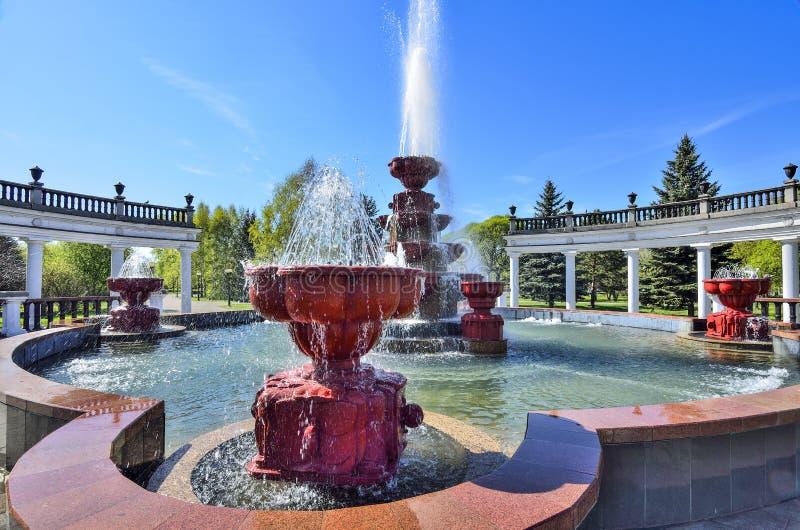 Новокузнецк, Россия - 19-ое мая 2019: Старый фонтан в парке города стоковое изображение rf