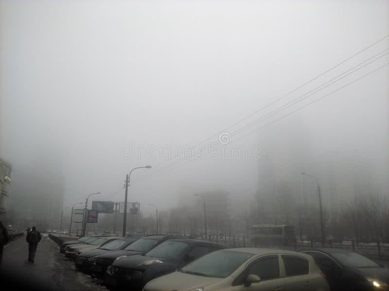 Новости на тумане Санкт-Петербурга тангаж-темном были принесены вниз стоковые изображения rf