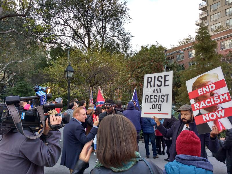 Новости передачи на политическом митинге, парке квадрата Вашингтона, NYC, NY, США стоковая фотография