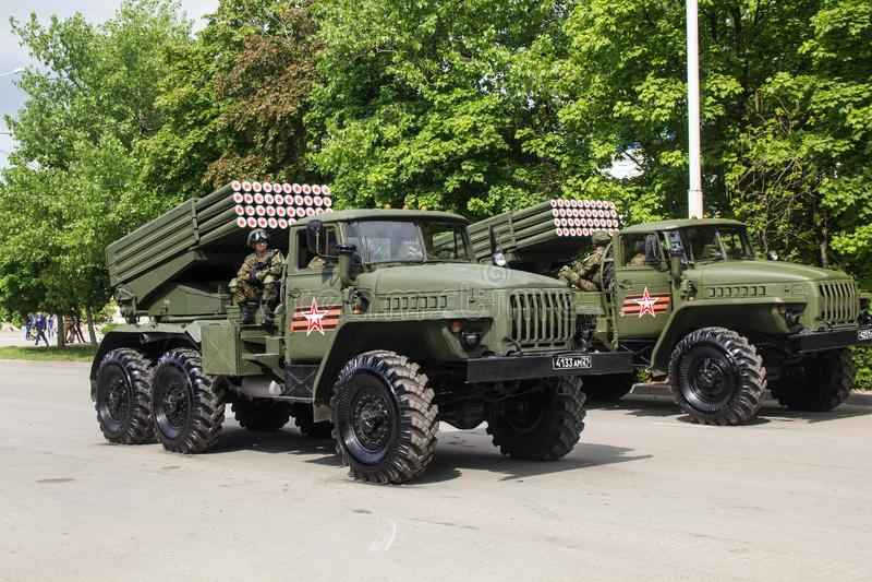 НОВОЧЕРКАССК, РОССИЯ - 9-ОЕ МАЯ 2017: Военный парад предназначенный к дню победы в Второй Мировой Войне стоковое фото rf