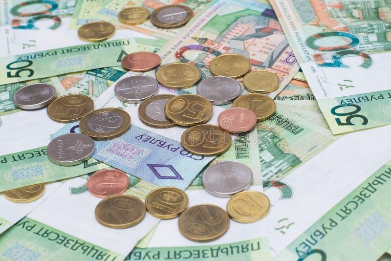 Новые белорусские деньги Монетки и кредитки финансы яичка диетпитания принципиальной схемы предпосылки золотистые стоковые фото