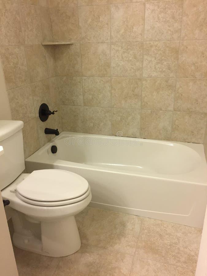 Новые ванна и туалет стоковое изображение rf