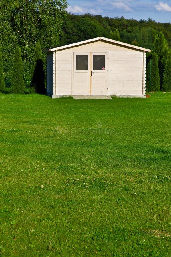 Новые дом или сарай сада в зеленых лужайке или траве стоковое изображение rf