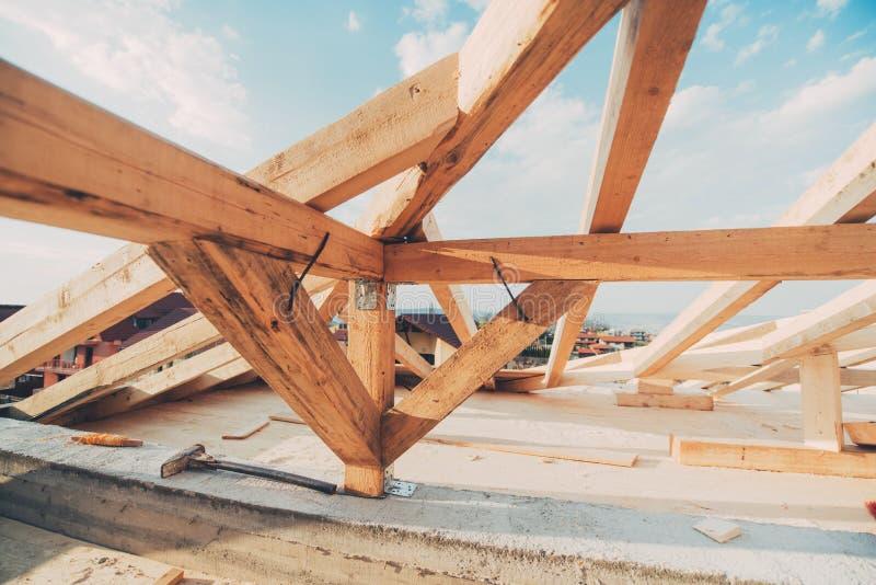 Новые детали конструкции крыши Будучи устанавливанным лучи и тимберс стоковые фотографии rf