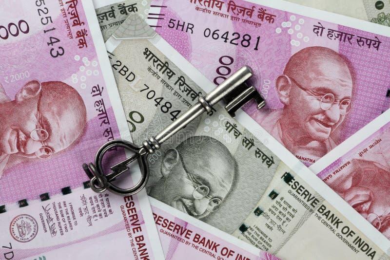 Новые индийские рупии валюты с ключом стоковые фото