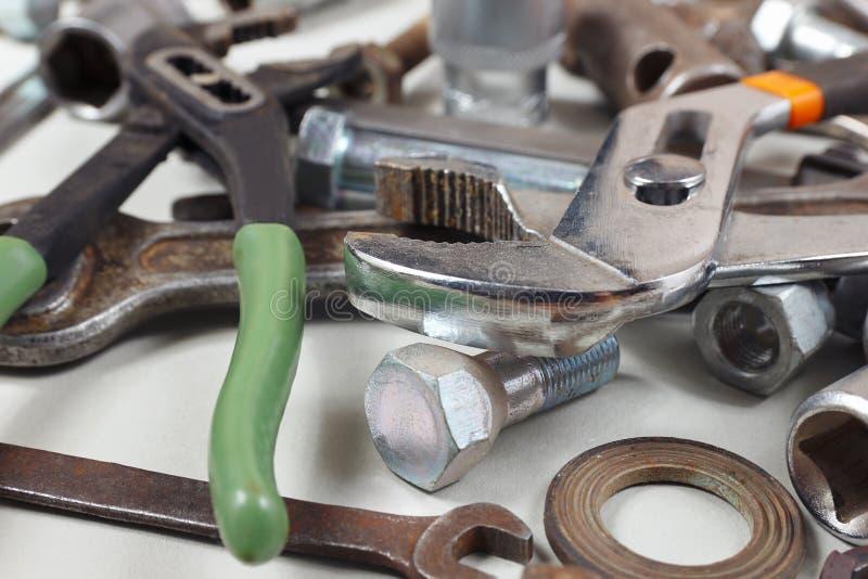 Новые и ржавые гаечные ключи, гайки, болты и гайки для крупного плана механически работы стоковые изображения