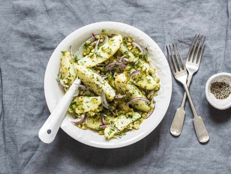 Новые картошки, корнишоны, красные луки, французский салат на серой предпосылке, взгляд сверху шлихты оливкового масла мустарда стоковые фотографии rf
