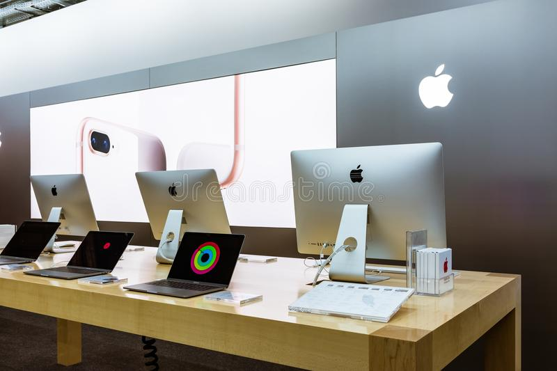 Новые компьютерные продукции октябрь электроники магазина логотипа Яблока iMac стоковая фотография rf