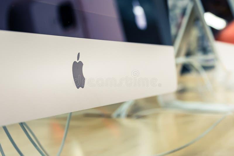Новые компьютерные продукции октябрь электроники магазина логотипа Яблока iMac стоковые фотографии rf