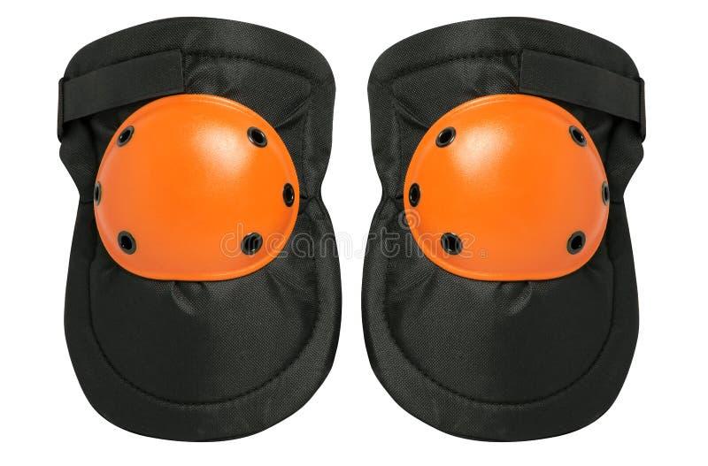 Новые пары протекторов колена изолированных на белой предпосылке стоковое фото
