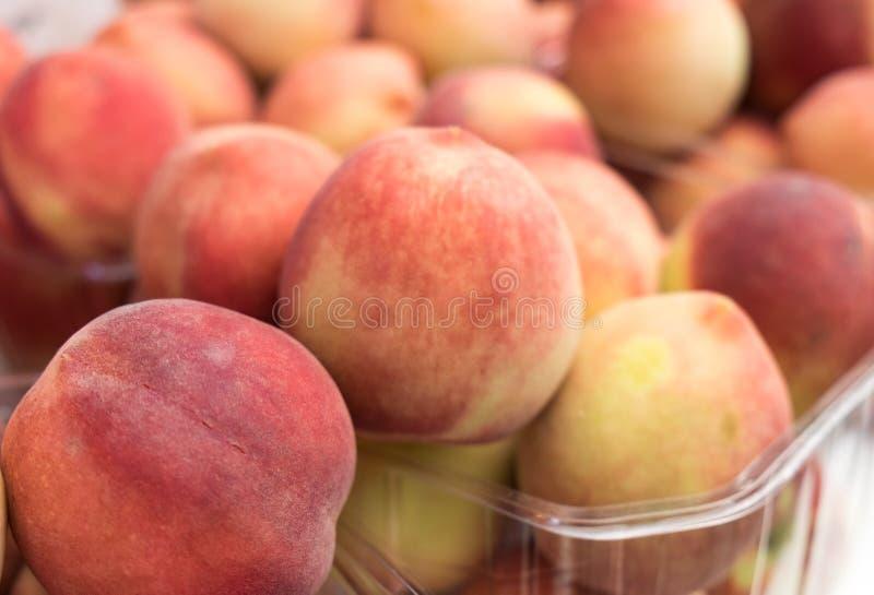 Новые персики для продажи в коробках на рынке фермеров стоковые изображения