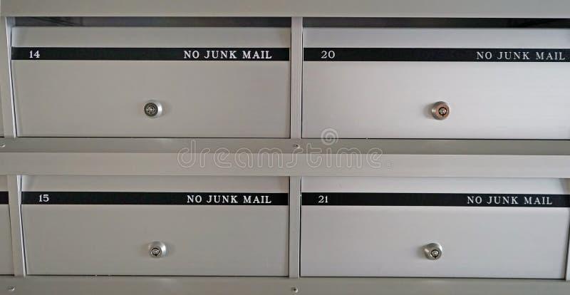 Новые почтовые ящики металла в жилом доме с плоскими номерами стоковые фото