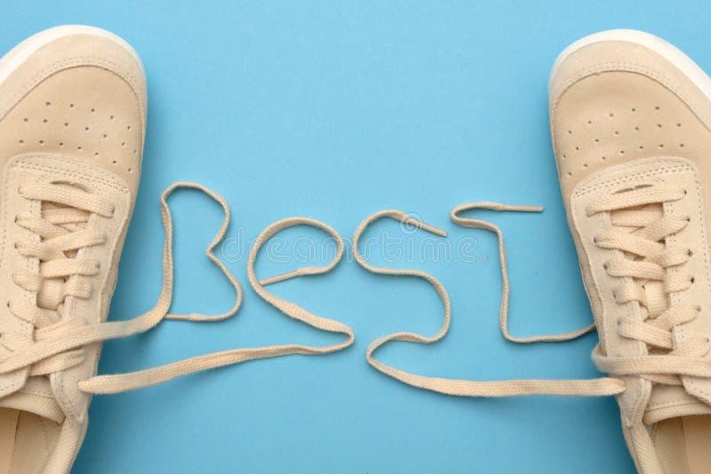 Новые тапки женщин со шнурками в самом лучшем тексте стоковая фотография rf