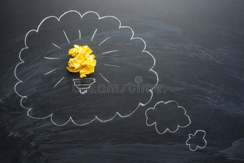Новые хорошие идеи, красочный бумажный шарик на доске в пустых облаках для надписи стоковые фото