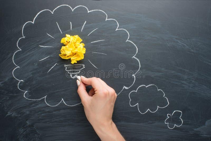 Новые хорошие идеи, красочный бумажный шарик на доске в пустых облаках для надписи стоковые изображения
