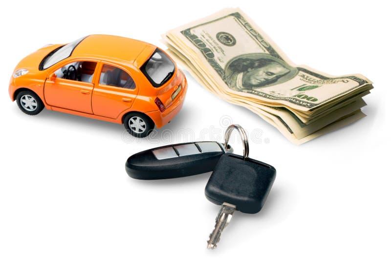 Новый автомобиль при ключи и деньги, изолированные на белизне стоковая фотография