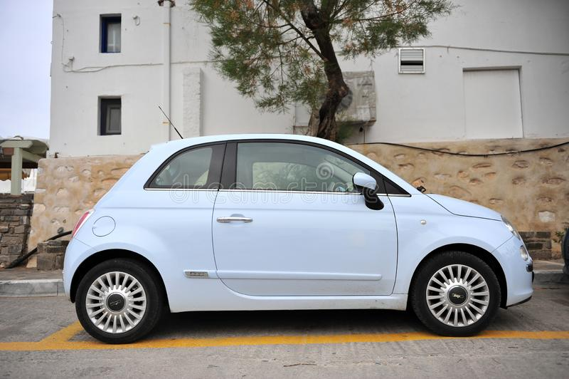Новый автомобиль Фиат 500 в улице Naoussa, Греции стоковая фотография