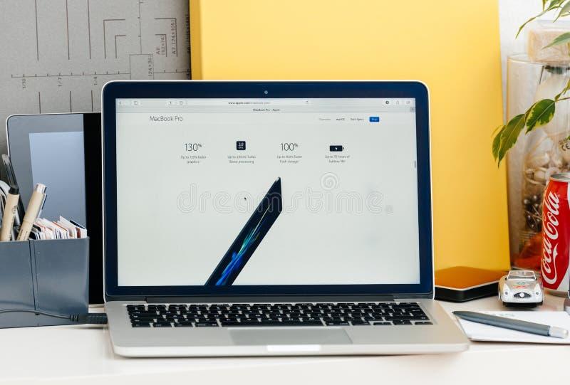 Новый бар касания сетчатки MacBook Pro, совсем о спецификациях стоковое фото
