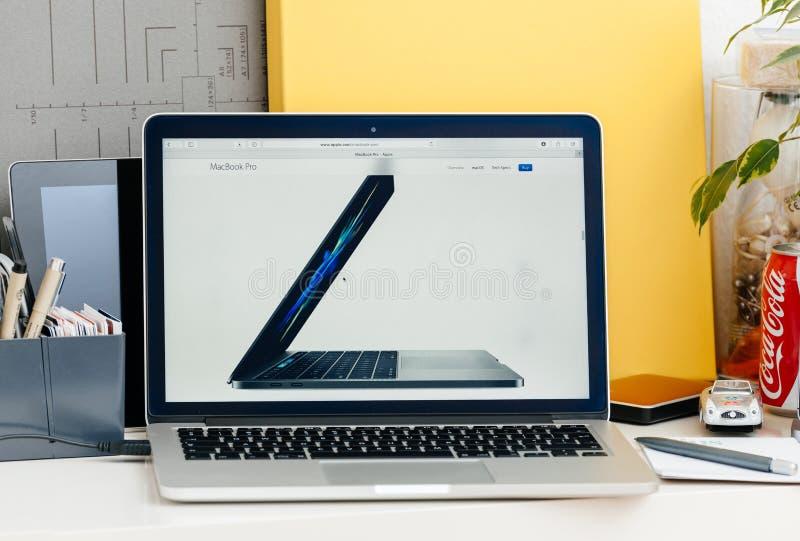 Новый взгляд со стороны бара касания сетчатки MacBook Pro компьтер-книжки стоковые фото