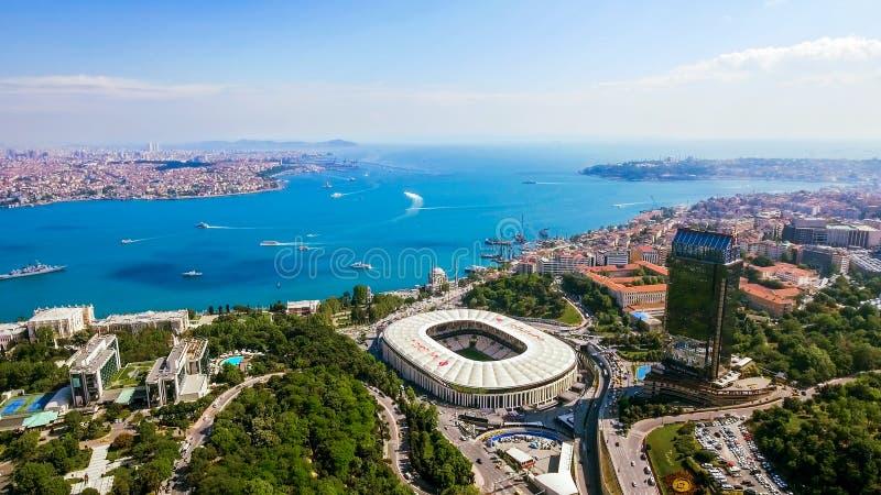 Новый вид с воздуха городского пейзажа горизонта Стамбула красивого Bosphorus стоковые фотографии rf