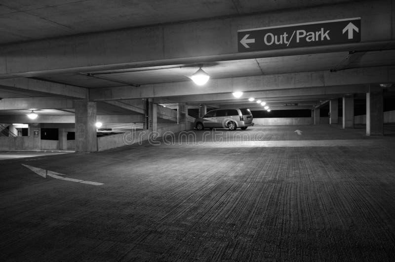 Новый гараж стоянкы автомобилей стоковые изображения