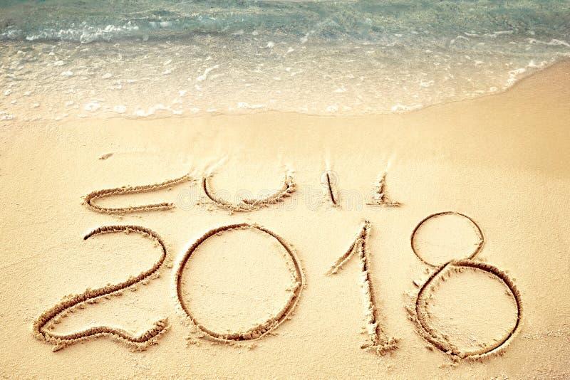 Новый Год 2018 заменяет 2017 на лете пляжа моря, Новом Годе 2017 приходя концепция closeup стоковые фото