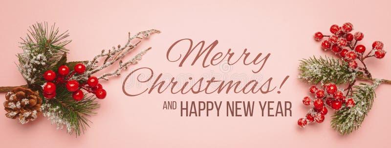 Новый год и рождественский декор изолированы на розовом фоне Красные шарики, рождественское дерево и конусы стоковое изображение