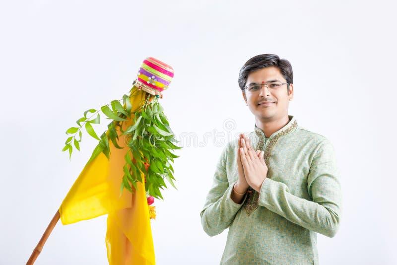 Новый Год маратхи padwa Gudi, молодой индийский празднуя фестиваль padwa gudi стоковые фото