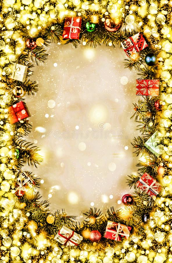 Download Новый Год Предпосылка, рамка ветвей рождественской елки и украшений рождества Золотистый снежок Открытый космос для текста Стоковое Фото - изображение: 104972504