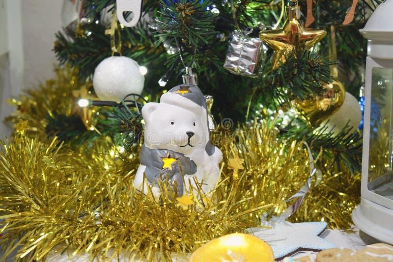 Новый Год свечи игрушки медведя конца украшения рождественской елки поднимающий вверх стоковые изображения