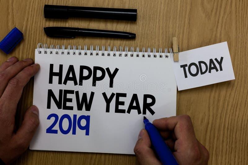 Новый Год 2019 текста сочинительства слова счастливый Концепция дела для приветствуя празднуя владения руки наилучших пожеланий н стоковое изображение