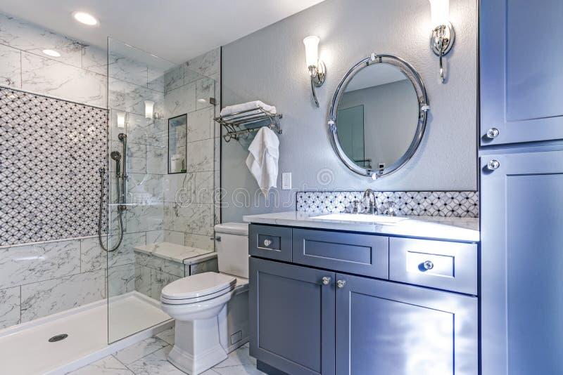 Новый голубой дизайн ванной комнаты с мраморным Surround ливня стоковые фото