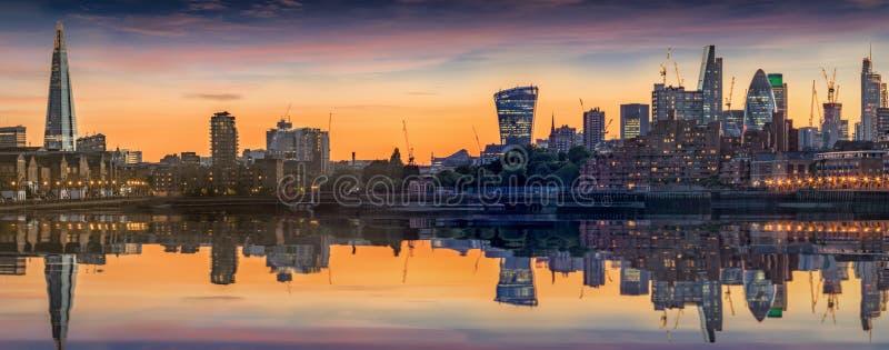 Новый горизонт Лондона от канереечного причала стоковое изображение