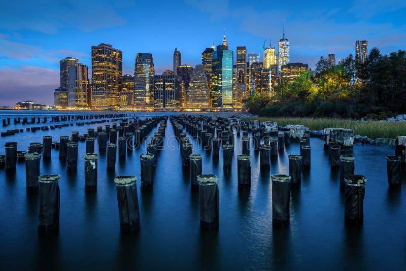 новый горизонт york Понизьте взгляд Манхаттана над Ист-Ривер стоковая фотография rf