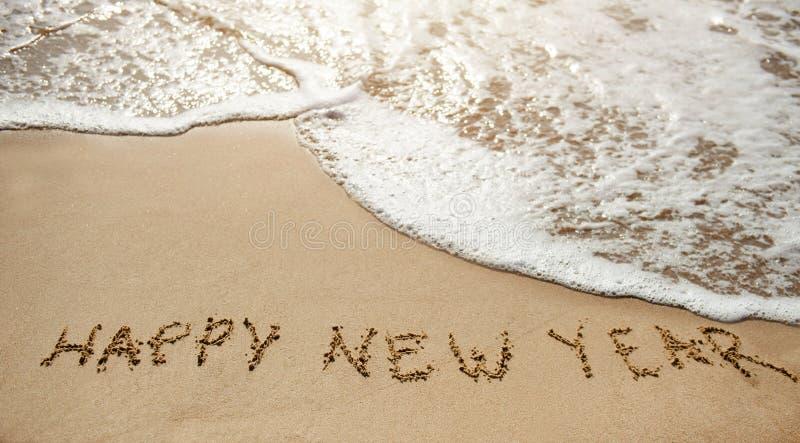Новый Год 2017 приходит - счастливый Новый Год на пляже песка стоковое изображение