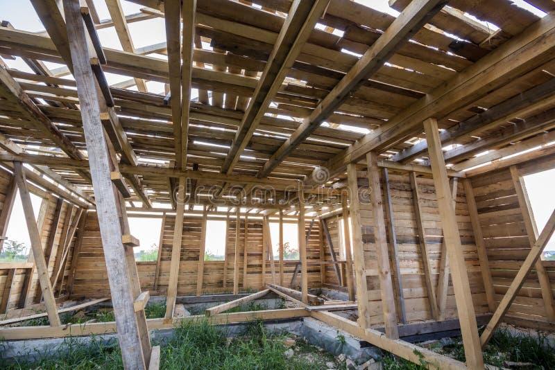 Новый деревянный дом под конструкцией Конец-вверх стен и ceili стоковые фото